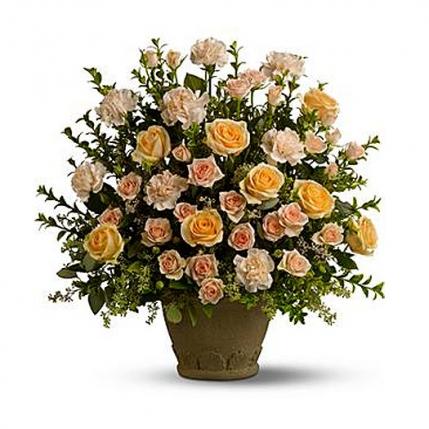 Centro rosas, claveles y eucalipto