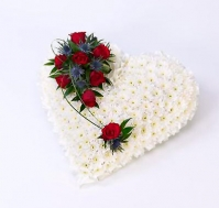 Corazón de crisantemos blancos y rosas rojas