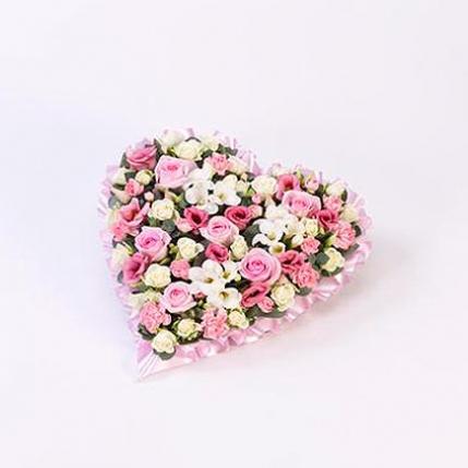 Corazón de rosas blancas y rosas