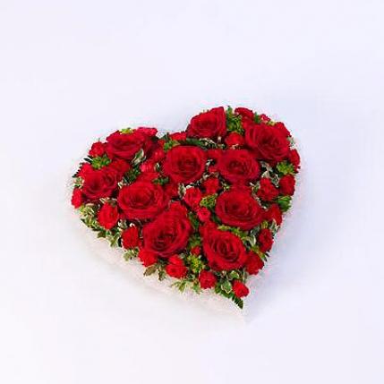 Corazón de rosas grandes y claveles rojos
