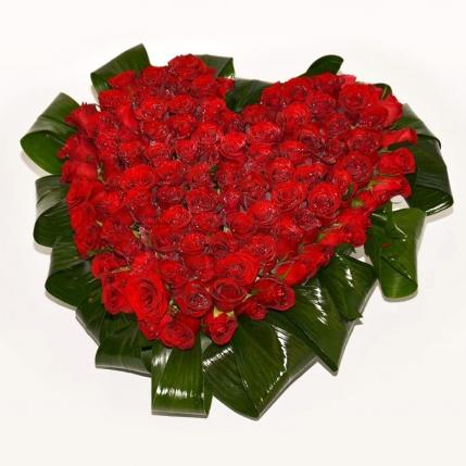 Corazón de rosas con verde ornamental