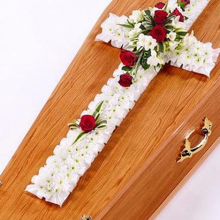Cruz de flores blanca estilo clásico