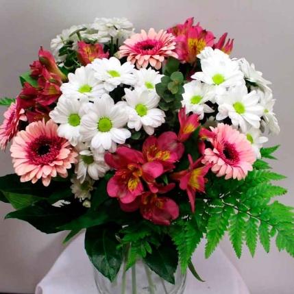 Bouquet de margaritas y flores variadas
